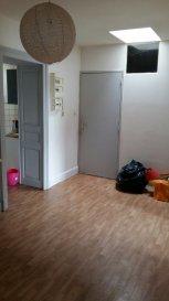 Appartement au 2ème étage sans ascenseur, comprenant une cuisine, un séjour, 2 chambres et une salle de bain avec WC. Chauffage individuel gaz