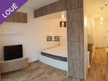 English version bellow :  A.S. Real Estate vous propose à la location ce charmant studio meublé et équipé situé au premier étage d'une résidence récente à Gasperich.   Il se compose d'un hall d'entrée et d'un espace cuisine donnant sur la pièce à vivre. Celle-ci est aménagée d'un coin salon et d'un espace nuit. A ceci s'ajoute une salle de douche avec W.C. Plusieurs éléments de rangements sont répartis et parfaitement intégrés à l'espace du studio. Le logement bénéficie également d'un chauffage au sol.  Une petite cave et une buanderie équipée d'un lave-linge viennent compléter ce bien.  Le logement est proche de la gare d'Hollerich et se situe à moins d'un kilomètre du nouveau quartier Cloche d'Or.   --------------  A.S. Real Estate offers you for rent this charming furnished and equipped studio located on the first floor of a recent residence in Gasperich.  It consists of an entrance hall and a kitchen area overlooking the living room. This has a lounge area and a sleeping area. To this is added a shower room with W.C. Several storage units are distributed and perfectly integrated into the space of the studio. The accommodation also benefits from floor heating.  A small cellar and a laundry room equipped with a washing machine complete this property.  The accommodation is close to the Hollerich train station and is less than a kilometer from the new Cloche d'Or district.