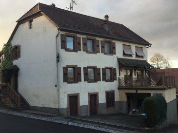 VOLKSBERG .  Grande maison indépendante de 160 m2 habitable. Située dans le paisible village de VOLKSBERG dans les Vosges du Nord. Elle vous propose au RDC: Entrée dans un dégagement, un salon, salle à manger, une grande cuisine et une chambre avec accès terrasse. Salle de bain avec baignoire + douche et un wc séparé. A l'étage 4 chambres à coucher. Mais aussi cave, grenier, buanderie, 2 garages + parking. Chauffage aérothermie au fioul. (possibilité remise en route chaudière bois). Toiture en très bon état. Electricité à revoir. L'ensemble sur une parcelle de 4,70 ares avec petit jardin. Prix : 118.000EUR FAC dont 7,27 % d'honoraires charge acquéreur.