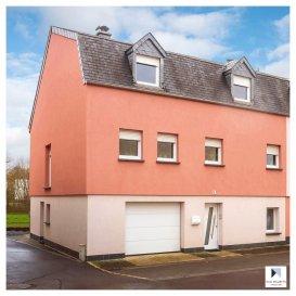 Située à Beringen, dans la commune de Mersch, au 31, rue d'Ettelbruck cette maison libre de 3 côtés a été entièrement rénovée entre 2000-2010. Elle dispose d'une surface habitable de ± 190 m² pour une surface totale de ± 230 m² et de 8a 90ca du jardin.  Elle se compose comme suit :   Au rez-de-chaussée, le hall d'entrée de ± 5 m² avec un débarras/dressing de ± 6 m² et un couloir qui conduit d'un côté au garage de ± 33 m² et de l'autre côté au studio qui comprend un salon avec sa cuisine ouverte de ± 18 m², une chambre en enfilade de ± 12 m² et une salle de douche de ± 3 m². Cette pièce permet l'accès au jardin avec sa terrasse de ± 40 m².  Le 1er étage comprend un salon de ± 34 m² avec un poêle à bois et une sortie sur un balcon de ± 3 m², une cuisine séparée de ± 14 m², une salle de douche de ± 5 m² et une chambre de ± 15 m².  Un escalier en bois mène au deuxième étage desservant trois chambres de ± 13, 14 et 20 m², une salle de bain de ± 13 m² avec baignoire, douche italienne, lavabo double vasque, wc et bidet.  Un terrain non constructible de 14a 53ca, situé dans la même rue, est vendu avec la maison.   Détails complémentaires :  •Maison idéale pour une famille ; •Situation très calme ; •Chaudière au mazout, mais raccordement au gaz dans la maison ; •Jardin sans vis-à-vis ; •Orientation sud ;  •Cadre verdoyant ; •Gare de Mersch à 10 min à pied ; •Commerces (Cactus de Mersch), écoles, crèches à proximité ; •Accès autoroutier à proximité.  Agent responsable : Katia Gravière au 661 33 29 82 ou katia@vanmaurits.lu