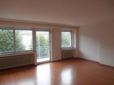 Appartement élégant et clair, cuisine avec coin repas, living en L, salle de bains avec baignoire et douche, nombreux placards, deux balcons