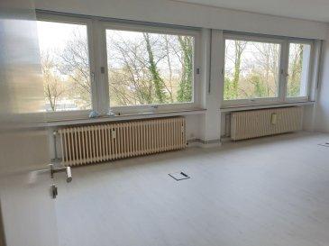 -- FR --<br/><br/>Situé à 2 pas du centre-ville derrière le STADE Josy BARTHEL, à louer à Luxembourg-Ville 1 grand BUREAU RENOVE de 25 m² environ.<br><br>Au calme, le bureau offre une vue dégagée, verdoyante et imprenable sur le Limpertsberg.<br>Très lumineux grâce à ses baies vitrées et avec un mur d\'étagère complet, ce beau bureau pourra accueillir confortablement 4 à 5 collaborateurs.<br><br>A disposition dans la location :<br>- une kitchenette<br>- toilette,<br>- une grande salle de réunion.<br><br>Accès par ascenseur.<br><br>Accessibilité et facilité de se garer dans le quartier.<br><br>Idéal pour toute activité administrative, tertiaire,  bureau ou société de services.<br><br>Il est également possible de louer 2 autres bureaux supplémentaire de 25 m² et 32 m² sur le même plateau.<br>Option meublée avec supplément.<br><br>+ Loyer: 1100 EUR/mois<br>+ Charges forfaitaire : 100 EUR/mois (électricité, privée et commune, eau C+F, ...)<br>+ Caution : 2 mois<br>+ Disponibilité : IMMEDIATE<br>+ Frais d\'agence : 1 mois HT + TVA<br><br>A VISITER SANS HESITER !<br>A 3 minutes du :<br>- Centre-ville,<br>- Kirchberg,<br>- Boulevard Royal,<br>- Arrêts de Bus et accès autoroutiers.<br><br>A proximité :<br>- Commerces , restaurant,, coiffeurs, supermarchés\'<br>- Stations essences,<br>- Médecin, Pharmacie, Centre Hospitalier,<br>- Parcs, parcours de jogging, club de sport\'<br />Ref agence :L_bureau2-25m²_Rollingergrund