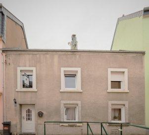 Située à Luxembourg-ville,cettemaison de±151m² habitables, avec jardin, terrasse et 2 places de stationnementextérieur, datant de±1930et rénovée en 2009 se compose commesuit:  Au rez-de-chaussée, un hall d'entrée± 12m² avec un wc séparé ±3 m2, unséjour ±29m² suivi d'une cuisine séparée de± 8m², la buanderie qui fait office de chaufferie de ± 12 m².  Au premier étage, vous trouverez une terrasse de ±35 m² avec un abri de jardin de ±14 m².La partie nuit comprend deux voir trois chambres de ±12 m², ±13 m² et ±14 m², un dressing de ±7 m² et une salle de bain ±13 m².  Les combles aménagés en deux chambres et procure une surface habitable de ±25 m².  La Maison est située dans la Zone d'habitation-1.b et présente un important potentiel d'agrandissement, avec la possibilité d'effectuer une extension en hauteur ainsi qu' à l'arrière de la maison de ±100 m².  Une fois les travaux d'agrandissement effectués, la maison offrira une surface de ± 250 m² habitables, pouvant être transformés en trois appartements si vous le souhaitez.   Généralités :  - Importante possibilité d'extension ; -Chauffage au gaz ; -Maison avec Jardin en ville ; -Deux emplacements de parking à l'avant ; -Situation idéale, proche de toutes commodités(transports publics, commerces, écoles...); -Située dans un quartier recherché àLuxembourg-Bonnevoie;  Agentresponsable du dossier : GeoffreyDEPRE Tél. : (+352)661 127 777 E-mail : geoffrey@vanmaurits.lu