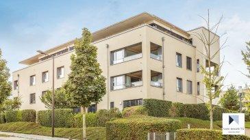A proximité du Ban de Gasperich, dans un complexe résidentiel à Luxembourg-Cessange, cet appartement lumineux de ± 92 m² se situe au deuxième étage d'un immeuble comportant 14 appartements. Il se compose comme suit: un hall ± 6 m² traversant et donnant accès à deux chambres à coucher ± 12 et 15 m² avec une salle d'eau ± 4 m². Un beau séjour avec cuisine ouverte, équipée, ± 32 m² , donnant accès au balcon ± 5 m² orienté Sud. Une troisième chambre à coucher ± 10 m², au wc séparé ± 2m² ainsi qu'une salle de bain ± 4 m² comprenant un lavabo, un porte serviette et une baignoire avec vitre pour la douche. Une buanderie commune, l'emplacement intérieur avec une cave ensuite ± 4 m² complètent l'offre.  Les charges du propriétaire actuel sont de ± 250 € par mois.  Généralité : - Appartement neuf situé ans un immeuble récent datant de 2012; - Carrelage au sol; - Exposition plein Sud; - A proximité de la Cloche d'Or;  Geoffrey Depré VANMAURITS tm Callista Sàrl 45-47, boulevard de la Pétrusse L-2320 Luxembourg Tél : +352 661.127.777 www.vanmaurits.com