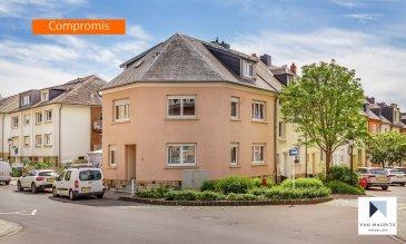***SOUS COMPROMIS***SOUS COMPROMIS***SOUS COMPROMIS*** Située sur le plateau d'Howald, quartier résidentiel contigu à Bonnevoie et proche de Luxembourg-ville, cette agréable maison 3 façades datant des années '60 a été entièrement rénovée en 2010. Bâtie sur un terrain de 2ar25ca orienté sud-est, elle présente une surface habitable de ± 164 m² pour une surface totale de ± 223 m².   Dotée de nombreux attraits qui devraient faire le bonheur d'une famille, la maison se compose comme suit :   Au rez-de-chaussée, la porte d'entrée s'ouvre sur un hall ± 12 m² avec vestiaire desservant une salle de douche ± 5 m² (douche, lavabo et wc), un lumineux double séjour ± 30 m² ainsi qu'une cuisine indépendante ± 20 m², aménagée et équipée Zanutti (nombreux rangements). Celle-ci dispose d'une porte s'ouvrant sur la terrasse ± 15 m² suivie d'un escalier descendant au jardinet clôturé orienté sud-est.   Au 1er étage, un palier ± 8 m² dessert une salle de bain ± 9 m² (baignoire, lavabo et wc) et trois chambres de ± 18, 16 et 9 m².   Le 2ème étage s'ouvre par un palier ± 4 m² desservant une chambre ± 18 m² avec débarras (petit dressing) ± 3 m² et salle de douche ± 5 m² (douche, lavabo, sèche-serviettes et wc suspendu).   Au rez-de-jardin, un hall ± 12 m² dessert une arrière-cuisine ± 7 m², une chaufferie ± 16 m², un garage ± 20 m² ainsi qu'une buanderie ± 11 m² suivie d'un petit couloir conduisant à la terrasse et au jardin. Un emplacement de parking extérieur complète l'offre.   Détails complémentaires :   • Maison en très bon état général, dernières rénovations en 2016 ; • Châssis pvc et aluminium, double vitrage, volets électriques ; • Parquet dans les chambres, granit et carrelage dans le reste de la maison ; • Sanitaires Geberit ; • Chaudière au gaz Buderus (2010) ; • Situation recherchée, quartier à proximité de Luxembourg-ville (4.5 km) et de la Cloche d'Or (± 2 km) ; • Proche de toutes commodités : commerces, restaurants, axes autoroutiers (rond-point Gluck à 300 m), transports 