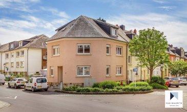 Située sur le plateau d'Howald, quartier résidentiel contigu à Bonnevoie et proche de Luxembourg-ville, cette agréable maison 3 façades datant des années '60 a été entièrement rénovée en 2010. Bâtie sur un terrain de 2ar25ca orienté sud-est, elle présente une surface habitable de ± 164 m² pour une surface totale de ± 223 m².   Dotée de nombreux attraits qui devraient faire le bonheur d'une famille, la maison se compose comme suit :   Au rez-de-chaussée, la porte d'entrée s'ouvre sur un hall ± 12 m² avec vestiaire desservant une salle de douche ± 5 m² (douche, lavabo et wc), un lumineux double séjour ± 30 m² ainsi qu'une cuisine indépendante ± 20 m², aménagée et équipée Zanutti (nombreux rangements). Celle-ci dispose d'une porte s'ouvrant sur la terrasse ± 15 m² suivie d'un escalier descendant au jardinet clôturé orienté sud-est.   Au 1er étage, un palier ± 8 m² dessert une salle de bain ± 9 m² (baignoire, lavabo et wc) et trois chambres de ± 18, 16 et 9 m².   Le 2ème étage s'ouvre par un palier ± 4 m² desservant une chambre ± 18 m² avec débarras (petit dressing) ± 3 m² et salle de douche ± 5 m² (douche, lavabo, sèche-serviettes et wc suspendu).   Au rez-de-jardin, un hall ± 12 m² dessert une arrière-cuisine ± 7 m², une chaufferie ± 16 m², un garage ± 20 m² ainsi qu'une buanderie ± 11 m² suivie d'un petit couloir conduisant à la terrasse et au jardin. Un emplacement de parking extérieur complète l'offre.   Détails complémentaires :   • Maison en très bon état général, dernières rénovations en 2016 ; • Châssis pvc et aluminium, double vitrage, volets électriques ; • Parquet dans les chambres, granit et carrelage dans le reste de la maison ; • Sanitaires Geberit ; • Chaudière au gaz Buderus (2010) ; • Situation recherchée, quartier à proximité de Luxembourg-ville (4.5 km) et de la Cloche d'Or (± 2 km) ; • Proche de toutes commodités : commerces, restaurants, axes autoroutiers (rond-point Gluck à 300 m), transports en commun (arrêt de bus à 60 m, futur tram, gare d'Howa