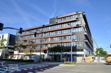 Résidence ROUDEN ECK , 8, rue Le Bataclan, L-4374 Esch-Belval, est un immeuble mixte situé au c'ur de Belval, un site en pleine expansion à proximité des commerces, restaurants, zone piétonne, cinéma, administration, Université et d'une gare. Il se situe à proximité des grandes axes routiers.  L'immeuble mixte dispose de 60 appartements avec loggia allant de 0 à 2 chambres avec des surfaces de  40 à 102 m², le tout répartis sur 6 niveaux, dont le rez-de-chaussée sera exclusivement dédié aux surfaces commerciales.   L'appartement A5.03 d'une superficie de 75,64 m² bénéficie d'un hall d'entrée, un salon séjour de 33,55 m² donnant accès à une loggia, une cuisine ouverte, 2 chambres à coucher de (13 et 12 m2), une salle de bains et une toilette séparé. Une cave de 7,68 m2 et un emplacement intérieur complètent ce lot.  Livraison prévue octobre 2019. Pour de plus amples renseignements contactez Christine SIMON Tel: 6211 89 059 ou envoyer un mail à cs@christinesimon.lu Ref agence :5339012