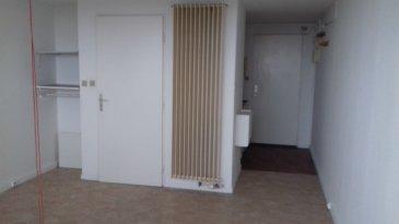 Dans la Résidence le Corbusier, agréable studio entièrement rafraîchi avec balcon, pièce à vivre, coin cuisine et salle de bains .