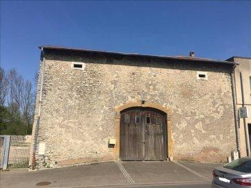 Bouzonville : proximité du centre ville&period;<br />Grange sur un terrain de 6,89 ares&period;<br />13 m de façade sur une longueur de 15 m&period;<br />Hauteur de 10 m&period;<br />Terrain à l\'arrière&period;
