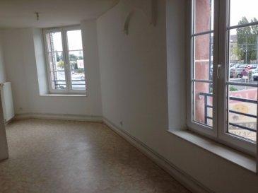Un appartement de type F4 comprenant un salon, une cuisine aménagée, une salle de bains, un WC séparé, trois chambres et une place de parking.