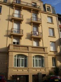 Rue Saint Jean, au 4ème et dernier étage, appartement 2 pièces de 61m² comprenant une entrée, une cuisine avec débarras et balcon, un salon-séjour, une chambre. Une salle de bains / WC. Chauffage individuel au gaz.