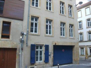 Dans un immeuble résidentiel, bel appartement F1 avec kitchenette équipée, salle de bains et wc, 1 pièce principale avec parquet.  Chauffage éléctrique.  Proche de toutes commodités;
