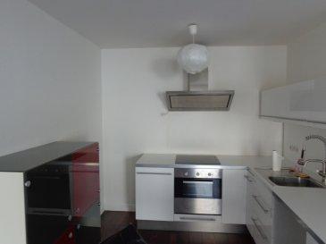 En centre-ville, appartement deux pièces de 40 m² situé au 1er étage de l'immeuble 21 Place du Forum à Metz. Il se compose d'une entrée, d'une cuisine équipée ouverte sur le séjour, d'une chambre et d'une salle de douche avec wc. Chauffage individuel électrique.  Honoraires d'agence selon LOI ALUR 320 € pour la constitution du dossier, la rédaction du bail 3€/m² pour l'état des lieux, soit: 120 € Soit un total de 440 €.