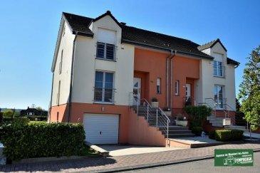 TEMPOCASA Mondorf-les-Bains vous propose une très belle maison unifamiliale de 3 à 4 chambres à coucher dans un quartier résidentiel calme et paisible. La maison, construite en 2005 sur un terrain de 3,20 ares avec une terrasse de plus de 20m² exposée plein sud, est bien entretenue et ne nécessite donc pas de travaux de rénovation. La surface totale de la maison est de +/- 280 m² et la surface habitable est de +/- 170 m².     Elle se compose comme suit :  RDC : garage pour 2 voitures (plus emplacement extérieur devant le garage), cave, débarras, buanderie avec accès jardin, ainsi qu'une douche avec WC.  Au premier étage, du hall d'entrée lumineux on accède à la cuisine équipée fermée, au grand (45m²) living/salle à manger en L ouvert sur terrasse (avec marquise), à un débarras et un WC séparé.  A l'étage supérieur se trouvent trois grandes chambres (22m² - 17 m² - 16 m²) ainsi que la salle de bain avec baignoire et douche.  Le grenier aménagé mansardé d'une surface totale de 30 m² peut être utilisé comme chambre à coucher, bureau ou salle de jeux.  Les fenêtres de la maison sont équipées de volets électriques et moustiquaires ; tout le revêtement de sol de la maison est en carrelage, sauf dans les chambres ou il est en parquet flottant ; un système d'alarme, un poêle à bois, l'antenne parabolique, la porte de garage électrique, une grande marquise de terrasse électrique viennent compléter l'équipement la maison.  La maison se situe dans le village de Goeblange qui fait partie de la commune de Koerich (Canton Capellen).  Vous pouvez y trouver tous les services nécessaires (maison, école, crèche, médecins...) et vous êtes en quelques minutes de voiture à Windhof (zoning commercial) ainsi qu'à l'accès d'autoroute.  Pour toute information complémentaire, vous pouvez contacter Monsieur Belardi au +352621367853.       Ref agence :AB059