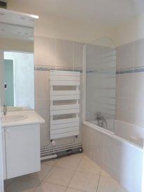 Appartement Pont A Mousson 3 piece(s) 66 m2. SECTEUR LE PARTERRE - PAM<br/><br/>Appartement en très bon état, au 7e étage d\'une copropriété bien entretenue, avec Ascenseur:<br/>Entrée - Cuisine - Séjour/Salon - 1 Chambre - Débarras - WC - Salle de bains<br/>Possibilité de faire une 2e chambre à la place du salon (pièce séparée du séjour par une porte)<br/>Balcon - Place de parking couverte - Cave <br/><br/>Charges : Chauffage urbain - Eau chaude et eau froide - OM - Elect. des communs - Entretien des parties communes - Entretien de l\'ascenseur (seulement l\'électricité de l\'appartement restant à prévoir à votre charge)