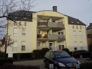 Agréable appartement de 90,75 m² à louer au 2ème étage de la résidence Holtzem à Kehlen.  - hall d'entrée - beau séjour / salle à manger avec sortie sur balcon de 6,49 m² - cuisine équipée - 3 chambres à coucher - salle de bains - wc séparé - cave - 1 emplacement extérieur - garage.