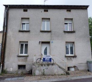 NOUS VENDONS à BRETTNACH, sur l'axe BOUZONVILLE – CREUTZWALD et non loin de la frontière allemande :  Une maison de village mitoyenne d'un seul côté. Elle offre sur une surface habitable de 183 m2 environ ;  En rez-de-chaussée : Un séjour et salon de 24 m2, une pièce à vivre de 19,43 m2. Une cuisine équipée de 15,90 m2 avec un cellier. Un WC.  A l'étage : Quatre chambres de 19 - 15 - 14 et 11 m2. Une salle d'eau avec un meuble 2 vasques, une douche. Une pièce supplémentaire de 15 m2.  *** Garage indépendant pour une voiture. ***terrasse et jardin.  LIBRE DE SUITE   CONTACT : Jean-Luc Meyer – agent commercial  Au 07 60 13 78 96 Ou l'agence au 03 87 36 12 24 NB : les frais d'agence sont inclus dans le prix indiqué.