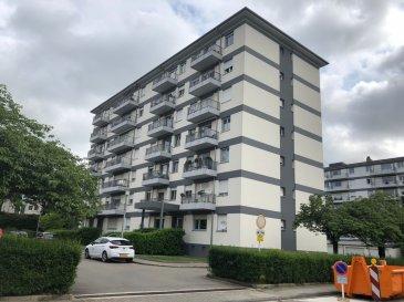 SOUS COMPROMIS !!!!!!  LALLANGE 6 RUE VICTOR EWEN-immeuble de 14 unités  ASCENSEUR (1995)  appartement  2 belles chambres à coucher (11.55+13.67m2) - hall avec 2 placards/rangement - salle de bains - WC séparés - living (25m2) avec sortie balcon- cuisine équipée avec sortie balcon - garage 1 voiture avec porte automatique - 1 emplacement parking extérieur - cave  nouvelle façade - double vitrage en PVC-