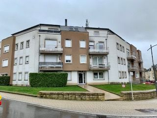 Résidence BOTERO à Bascharage, bel appartement de 60,5 m2 à vendre avec cave, garage, buanderie, construit en 2009 dans un quartier très tranquille de Bascharage. L\'appartement avec balcon se trouve au 1er étage avec ascenseur, dispose d\'un beau hall avec vestiaire sur mesure, belle pièce de vie de 34 m2 avec cuisine équipée, salle à manger, living et balcon, une salle de douche avec double lavabo, douche, WC ainsi qu\'une chambre à coucher de 14 m2. Au sous-sol, il y a une cave de 3,3 m2, une buanderie commune et un parking intérieur avec accès confortable. Cet appartement entièrement carrelé est idéal pour investir, sera repeint entièrement avant la remise des clés. Disponible à partir du 15 mai 2020.  Residence BOTERO in Bascharage, beautiful apartment of 60.5 m2 for sale with cellar, garage, laundry room, built in 2009 in a very quiet area of ??Bascharage. The apartment with balcony is on the 1st floor with elevator, has a big hall, beautiful living room of 34 m2 with equipped kitchen, dining room, living room and balcony, a shower room with double sink, shower, WC as well as a bedroom of 14 m2. In the basement, there is a 3.3 m2 cellar, a common laundry room and indoor parking with comfortable access. This fully tiled apartment is ideal for investing, will be completely repainted before the keys are handed over. Available from May 15, 2020. Ref agence :B103392