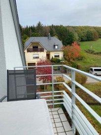 A Warken/Ettelbrück, au calme dans une petite résidence, voici un bel appartement avec balcon attenant au salon, au 2ème étage, très lumineux et proche du City-Bus vers le centre d'Ettelbrück (toutes les 15 minutes).  L'appartement vous accueille avec 1 chambre, 1 salle de douche, 1 cuisine équipée séparée et 1 agréable salon/salle à manger, 1 WC séparé, 1 balcon , 1 grand grenier de 30m2, 1 garage en sous-sol.  L'appartement et la résidence dans son ensemble sont très bien entretenus.  La garantie locative équivaut à 2 mois de loyer et charges. Les charges communes, l'eau et le chauffage constituent les avances sur charges.  Pour de plus amples informations, vous pouvez nous contacter par e-mail auprès de contact@new-house.lu ou par téléphone au +352 621319510 ou +352 26787653.  Nos honoraires sont affichés hors TVA 17% et sont à charge du locataire.