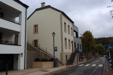 B&C Immobilière en collaboration avec AA+IMMO vous propose à la vente une charmante maison individuelle, restaurée entièrement selon les règles de l'art en 2015, érigée sur un terrain de 1,70 ares avec une surface totale ±248,20 m2 dont ±174,05 m2 habitable.  Cette demeure est située aux abords d'un cours d'eau paisible et verdoyant, dans une ruelle pittoresque du village vignoble d'Ehnen. Cette propriété se compose comme suit :  Au rez-de-chaussée, hall d'entrée avec du cachet revêtu de tomette, une première chambre ±16,30 m2 (actuellement utilisé en bureau), une suite parentale ±35,40 m2 avec sa salle de bain privative avec WC munie d'un meuble 1 vasque, d'une baignoire et d'une salle de douche à l'italienne, une buanderie et un wc séparé.  Au 1er étage, une cuisine équipée ±11,60 m2 (conception Team 7, équipée d'électroménager de marque Miele) en noyer, bois massif naturel, ouverte sur un vaste et lumineux séjour/salle-à-manger ±50,85 m2 donnant sur une terrasse de ±11 m2. Le séjour ayant une hauteur ±5 m et un lustre en fer forgé, fait sur mesure, couronnent l'authenticité de la pièce.  Au 2e étage, une vaste chambre ±17 m2 bénéficiant d'une hauteur de ±3,55 m avec sa salle de douche à l'italienne privative avec bidet et wc ±6,10 m2.  Au sous-sol, un premier accès desservant une cave ± 15,90 m2 et une chaufferie ± 23,70 m2 (chaudière Buderus 2015, 3 cuves mazout de 1000 L). Un garage ± 23,60 m2 et à côté un deuxième accès à la cave à vin ±10,95 m2.  Divers : - Fenêtre et porte fenêtres Triple vitrage, châssis en bois ; - Cage d'escalier en chêne massif équipé de spots intégrés offrant un confort ; - Ascenseur privé (Domuslift) desservant deux étages depuis le garage ; - Revêtement des sols : parquet en chêne massif pour les pièces de vie et de nuit, carrelage dans les pièces d'eau et la Cuisine. Dans la maison, nous retrouvons des murs en pierres naturelles donnant un caractère chaleureux.  Notre avis : propriété très bien entretenu et soigné, matériaux nobles e