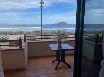 BELARDIMMO vous propose à la vente un très beau duplex avec 3 chambres à coucher à Fuerteventura.<br><br>Il s\'agit d\'un spacieux appartement « duplex » de plus de 112 M2 habitables + une grande terrasse face à l\'océan atlantique et aux iles de Lanzarote et de Los Lobos. <br>La vue est exceptionnelle et exclusive. Probablement l\'une des plus belle vue de l\'ile !!<br><br>L\'appartement se compose ainsi :<br><br>-un grand living<br>-une cuisine ouverte avec coin repas<br>- 3 chambres à coucher<br>- 2 salles de bains avec WC<br><br>Vous avez un accès par l\'avant et aussi d\'un accès par l\'arrière via un joli jardin bien entretenu.<br> <br>Il possède la capacité de loger jusqu\'à 8 personnes.<br>Il est possible également de scinder l\'appartement en 2 appartements parfaitement autonomes vu qu\'il s\'agit d\'un duplex. (Un étage avec accès par la rue face à la mer, l\'autre étage avec accès par le jardin en contre bas).<br><br>L\'appartement a été entièrement rénové fin 2020. (peinture, luminaire, décoration?)<br><br>Un des atouts de l\'appartement, c\'est qu\'il possède aussi la licence qui permet de faire de la location « short term » (VV).<br><br>L\'appartement se situe dans la petite ville de Corralejo au nord de l\'ile, ville située à 40 Kms de l\'aéroport de Puerto Del Rosario (accès en 35 minutes de l\'aéroport).<br><br>Le bien est situé face à la mer et à proximité (300 mètres) de tous les commerces, restaurants et animations de la grand place. Il est situé à 300 mètres de grandes plages de sable fin et est très proche de la réserve naturelle de sable blanc. Il est situé dans un endroit calme, reposant et envoûtant grâce au rythme des grandes vagues et des marées.<br><br>Pour toutes informations complémentaires veuillez contacter Monsieur Belardi au +352 621367853.<br><br /><br />BELARDIMMO bietet Ihnen eine sehr schöne Maisonette mit 3 Schlafzimmern auf Fuerteventura zum Verkauf an.<br><br>Dies ist eine geräumige \