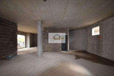 Sartori Immo, agence immobilière à Bettembourg a le plaisir de vous présenter ce charmant commerce au rez de chaussée dans une nouvelle résidence à 1 min de la gare à BETTEMBOURG .  Le local dispose au Rdc de 87 m2 avec un WC pour homme et un WC pour femme et une petite cuisinette.   Vous disposez également  au sous sol un emplacement intérieur .                                 ----- IMPORTANT -----  loyer 1490 € emplacement 120 € charge 250 € caution 4470 € ( 3 mois de loyer )   Le local sera prêt pour toute activité commerciale.  Disponible au plus tard en octobre 2020.       Pour plus d\'informations, veuillez contacter Madame Batista au 691 905 150.            Ref agence :B572