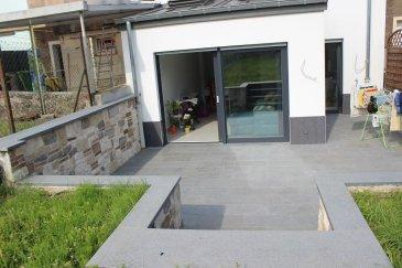 Très joli studio/appartement récent (2013) comprenant grande terrasse et jardin.  L'appartement qui se trouve au rez-de-chaussée est équipé comme suit : • Rez-de-chaussée : Hall d'entrée (4 m²), Salon avec cuisine équipée ouverte et accès directe sur la terrasse (42 m²), salle de douche (3 m²), garage (17,6 m²), terrasse privative (14 m²), jardin privatif (+- 1,50 ares) • Cave : Buanderie en commun, cave  Prix du loyer : 1.250 € Prix des charges : 200 € Caution : 3 mois de loyer Agence : 1 mois de loyer