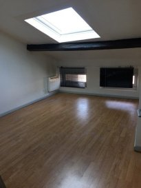 Appartement dernier étage 2 chambres à louer à Pont-À-Mousso.  Beau T3 sur Pont-à-mousson.<br> Appartement comprenant un espace cuisine équipée récente, 2 chambres, une salle d\'eau refaite récement, ainsi qu\'un salon séjour.<br> La surface habitable mesure 77m2 selon la loi Carrez.<br> Le domicile se trouve au dernier étage sur 3.<br> La tranquillité des occupants est garantie grâce aux fenêtres à double vitrage.<br> Très bonne prestations générales<br> Libre de suite<br>