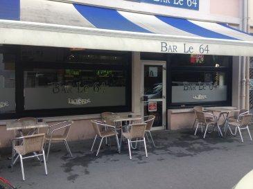 METZ  BLD DE L EUROPE  BAR  DANS UN IMMEUBLE MURS ET FONDS  Un ensemble commercial situé au rdc comprenant  2 dégagements-4 wc-1 cuisine-2 locaux commerciaux  2 caves-2 garages de 14 m² chacun actuellement en location