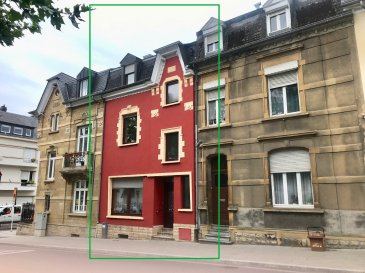 Schaus Immobilier vous propose à la vente cette maison mitoyenne, implantée dans une rue agréable à proximité de toutes les commodités.  L'entrée dans la maison se fait au rez-de-chaussée, desservant : - Un salon/salle à manger (+-32,50m2)  - Une cuisine (+-9,50m2) - Une première chambre avec une salle d'eau attenante. - Une grande terrasse.  Un escalier en bois permet d'accéder au premier étage où se trouvent : - Un salon/salle à manger (+-26,50m2) - Une cuisine attenante (+-8,50m2) - Une salle de douche avec fenêtre - Un grand balcon  Un escalier en bois permet d'accéder au second étage : - Une deuxième chambre (+-14,50m2) - Une troisième chambre (+-13,50m2) avec accès à un balcon - Une quatrième chambre (+-12,50m2) avec un WC  Des escaliers permettent d'accéder au grenier.  La maison est complétée par un grand sous-sol.  En ce qui concerne les équipements de la maison : - Les fenêtres sont en double vitrage - La toiture a été nettoyée et traitée avec un produit imperméabilisant - Le bien est chauffée au mazout avec une chaudière de la marque Buderus. Le raccordement au gaz est présent dans la maison. - Certificat de performance énergétique : H-H - Disponibilité de la maison : à convenir  La maison se trouve à proximité immédiate de toutes les commodités :  Nous sommes à votre disposition pour tout renseignement complémentaire et un rendez-vous de visite.  Les honoraires de négociation sont à la charge du vendeur.  Disponibilité: à convenir