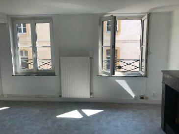 F3 58 m² Metz - Centre. Venez découvrir ce F3 récemment rénové de 58 m² à 2 pas de la gare et du centre ville. Il se compose d\'une entrée, d\'un salon-séjour, de 2 chambres, d\'une cuisine aménagée, d\'une salle de bain et d\'un WC séparé. L\'appartement dispose également de rangements dans les chambres ainsi que d\'un garage fermé dans la cour de l\'immeuble.<br/>Libre de suite