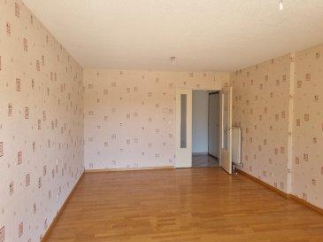 Appartement F4, situé au 2ème étage (avec ascenseur) d\'un copropriété bien entretenue, comprenant: une entrée, un salon/séjour avec un balcon attenant, une cuisine semi-équipée avec réfrigérateur, plaque de cuisson et hotte (absence de four et de lave-vaiselle), deux chambres, une salle d\'eau, un wc séparé et un cagibi.  En annexes: une cave au sous-sol et un garage  Détail des charges: provision eau chaude et eau froide, charges ascenseur, nettoyage des communs et électricité des communs  Chaufferie collective avec abonnement individuel  BAIL PRECAIRE DE 1 AN