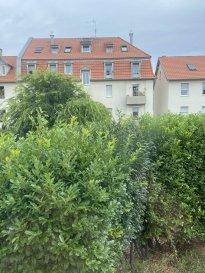 À acheter à Schiltigheim : appartement avec HEBDING IMMOBILI.  Dans une petite copropriété à Schiltigheim, vente d\'un spacieux appartement 3 pièces. Il comprend une salle d\'eau, un coin salon de 17m2 donnant sur un balcon, un espace cuisine et 2 chambres. La surface plancher habitable est de 72.2m2. La construction date de 1930. Il s\'agit d\'une habitation se trouvant au 1er étage d\'un bâtiment de 2 niveaux sans ascensseur. Une cave complète l\'appartement.<br> Chauffage et eau chaude collectif au gaz. Le bien se situe dans une copropriété de 12 lots dont 3 appartements.<br> Aucune procédure en cours pour l\'immeuble. Quote-part moyenne du budget prévisionnel : 1137EUR/an<br> Prix frais d\'agence inclus : 209 600 EUR soit 200 000EUR + honorraires 4.80% TTC à la charge de l\'acquéreur (9 600EUR)<br><br> HEBDING IMMOBILIER 03 88 23 80 80
