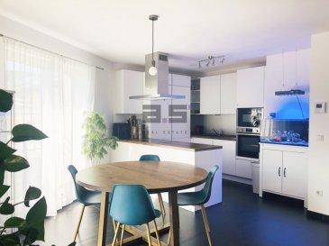 A.S. Real Estate vous propose un bel et lumineux appartement offrant des finitions de qualité situé au deuxième étage d'une résidence construite en 2018.  Il se compose d'un hall d'entrée, d'une cuisine entièrement équipée en électroménager de marque