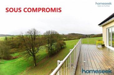! SOUS COMPROMIS !  Jolie maison libre de 3 côtés, située sur les hauteurs de Arsdorf (commune de Rambrouch). Cette maison moderne, lumineuse et spacieuse vous enchantera grâce à son emplacement idéal qui surplombe le village, les champs et la vallée ! Amoureux de nature et de tranquillité ? Vous serez conquis !  Répartie sur 3 niveaux, cette maison vous offre 208m2 habitables (352m2 au total) : Niveau 1 : hall d\'entrée, wc d\'invités avec fenêtre, cuisine SIEMENS (îlot central, équipements modernes) ouverte sur le salon/salle à manger avec poêle à bois. Cette très grande pièce de 61,43m2 est baignée de lumière grâce aux belles baies vitrées donnant accès à la terrasse et au jardin, pièce de stockage/garde-manger, garage 1 voiture et local technique/buanderie. Niveau 2 : hall de nuit, 3 chambres confortables (17m2, 13m2 et 13,5m2) et salle de bain spacieuse avec fenêtre, douche à l\'italienne, baignoire balnéo, double vasque et wc.  Niveau sous-sol : 1 très grande 4ème chambre avec salle de douche et wc en suite, cave et atelier, accès extérieurs. Extérieurs : terrain de 11,18 ares, 1 jardin à plat avec cabane de rangement, 1 jardin taluté, 1 belle terrasse exposée Sud de 40m2 surplombant la vallée, 3 emplacements de parking privés. Aspects techniques : ?Construction 2015 ?CPE : AB ?Maison entièrement isolée avec des briques isolantes ?Fenêtres triple vitrage ?Volets électriques (capteurs de soleil au niveau du salon/salle à manger) ?Ventilation double flux ?Panneaux solaires ?Pompe à chaleur ?Dalles de béton La commune de Rambrouch offre toutes les commodités à une vie de famille : crèche, école fondamentale, maison relais, école de musique, clubs de sport, service bibliothèque, piscine, ? Colmar-Berg se rejoint en voiture en 25 minutes. Pour Mersch et Ettelbruck, il faut en compter 30 et Wiltz est à 20 min. Vous souhaitez plus d?information ou organiser une visite, merci de me contacter : Fabienne Toussaint +352 621 366 194 ou ftoussaint@homeseek.lu  Ref agence :