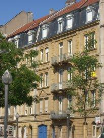 Face à la Gare de Metz, au 2ème étage, Bel appartement 4 pièces de 131 m2 comprenant un salon, séjour, une cuisine équipée et meublée, deux chambres, une salle de bains/douche/WC. Débarras. Chauffage individuel gaz. Disponible à partir du 1er Décembre 2019. Diagnostics en cours de réalisation.  Honoraires d'agence selon LOI ALUR: 687.00 € pour la visite, la constitution du dossier et la rédaction du bail 3€/m² pour l'état des lieux d'entrée soit: 393.00 € Soit un total de 1080.00 €.