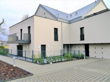 Situé à Mersch, au 17, Um Bisserwee, au 1er étage d'une résidence de 2020, cet appartement de ± 80 m² habitables se compose comme suit :   Le hall d'entrée de ± 3 m² s'ouvre sur un salon avec une cuisine ouverte de ± 36 m² avec deux portes fenêtres donnant accès à une terrasse de ± 16 m² ; un couloir desservant deux chambres de ± 10 et 14 m² et une salle de bain de ± 7 m² (baignoire, douche, lavabo, wc) ; wc séparé et un débarras complètent l'offre.  Deux emplacements, un au sous-sol et l'autre à l'extérieur du bâtiment, ainsi qu'une cave privative sont loués avec ce bien.    Détails complémentaires :  • Appartement neuf, première occupation ; • Châssis triple vitrage ; • Classe énergétique AAA ; • Situation recherchée, localisation idéale en face du centre commercial Topaz et de la zone commerciale de Mersch ; • Accès vers l'autoroute du Nord en 1 min. ; • Proximité Luxembourg-ville ; • Belles promenades dans les alentours.   Agent responsable : Katia Gravière  Tél. : 661 33 29 82 E-mail : katia@vanmaurits.lu