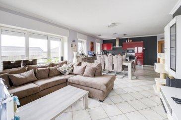 Carine Lecomte, spécialiste de l'immobiler RE/MAX Luxembourg vend à Holtz (commune de Rambrouch): Un  appartement d'environ 95 m² comprenant : Une superbe cuisine équipée ouverte sur une grande salle de séjour, deux chambres (12,50 et 15m²), une salle de bain, un couloir, un garage fermé, une cave aménagée.  Une vue splendide complète le bien. L'appartement est en excellent état et pas de frais à prévoir dans la copropriété. Pour les amoureux d'espace et de tranquilité.  Renseignements : carine.lecomte@remax.lu 621 689 637  Ref agence :5784212