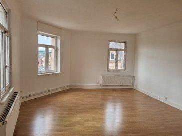 Appartement F4 de 113 m2 situé au 3ème et dernier étage (sans ascenseur) d\'un immeuble au sein du quartier de la providence.  Ce logement comprend: une entrée/dégagement, une salle de bain/wc, une cuisine semi-équipée (four, plaque de cuisson et hotte), un séjour de 29 m2 et trois chambres (13 m2, 15 m2 et 15 m2).  Détail des charges: provision sur eau froide, électricité des communs, entretien de la chaudière et TEOM.  Chauffage individuel au gaz.  Situé proches de toutes commodités, à 5 minutes à pied de la gare routière et à 15 minutes à pied de la gare SNCF.
