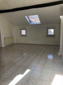 L'agence Pack'Immo vous propose cet appartement de 95 m² au 3ème étage d'un immeuble avec ascenseur à quelques pas du centre ville comprenant une entrée avec placard, un séjour, une cuisine équipée, une salle de bains avec douche, un WC séparé, un cellier et 2 chambres. Place de parking privative et chauffage au gaz.