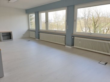 -- FR --<br/><br/>Situé à 2 pas du centre-ville derrière le STADE Josy BARTHEL, à louer à Luxembourg-Ville 1 grand BUREAU RENOVE de 32 m² environ.<br><br>Au calme, le bureau offre une vue dégagée, verdoyante imprenable sur le Limpertsberg.<br>Un service de réception du courrier et le WIFI sont inclus.<br>Confortable pour 7 à 8 collaborateurs.<br><br>Une grande salle de réunion est à disposition.<br><br>Accès par ascenseur<br>A disposition une kitchenette et toilette.<br><br>Belle accessibilité.<br>Facilité de se garer dans le quartier.<br><br>Idéal pour toute activité administrative, tertiaire,  bureau ou société de services.<br><br>Il est également possible de louer 2 autres bureaux supplémentaire de 25 m² chacun sur le même plateau.<br>Option meublée avec supplément.<br><br>+ Loyer: 1200 EUR/mois<br>+ Charges forfaitaire : 100 EUR/mois (électricité, privée et commune, eau C+F, ...<br>+ Caution : 2 mois<br>+ Disponibilité : IMMEDIATE<br>+ Frais d\'agence : 1 mois HT + TVA<br><br>A VISITER SANS HESITER !<br>A 3 minutes du :<br>- Centre-ville,<br>- Kirchberg,<br>- Boulevard Royal,<br>- Arrêts de Bus et accès autoroutiers.<br><br>A proximité :<br>- Commerces , restaurant,, coiffeurs, supermarchés\'<br>- Stations essences,<br>- Médecin, Pharmacie, Centre Hospitalier,<br>- Parcs, parcours de jogging, club de sport\'<br />Ref agence :L_bureau3-32m2_Rollingergrund