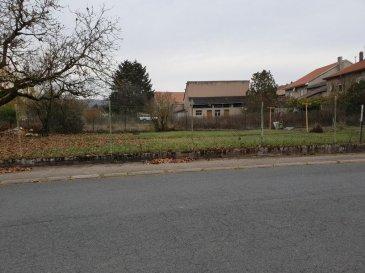 Bénestroff Terrain constructible 4ares45. Terrain constructible et complètement clôturé, dans le village de Bénestroff, <br/>32m de façade et 12 m de profondeur.<br/>Tél : 0685297350  dont 28.95 % honoraires TTC à la charge de l\'acquéreur.