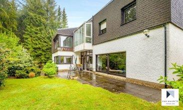 Située à Besseringen à 20 minutes de Luxembourg Schengen et à 5 km de Merzig dans un joli village Allemand construit avec de grande résidence de bonne facture et rare à la vente. Cette maison datant de 1975 et construite par un architecte sur deux niveaux est érigé au calme et possède 5 chambres à coucher dont une ensuite de ±28m² avec sa salle de bain privé de ±7m².  Possédant un jardin de ±500m² et une terrasse de ± 65 m². Une piscine intérieure de ±50 m² et un sauna. Un garage de ±40 m² pouvant accommoder 2 voitures et 2 places de stationnement extérieure totalisant une surface habitable de ± 473m² et libre des 4 côtés se présente comme suit :  Le rez-de-chaussée s'ouvre sur un palier de ± 7m² qui amène au séjour d'une surface de 37 ± et sur la cuisine de ±13m² et une salle à mager/sejour de ± 65 m². Un bureau séparé pouvant être utilisé pour une profession libérale de ±10m² et son wc attenant de ± 2 m².  Le rez-de-jardin, se compose d'un hall d'entrée de ±22m², de la suite parentale de ±28m² avec son dressing de±10m², un espace bureau de ±13m² et sa salle de bain privative de ±7m². La suite parentale ouvre sur la terrasse au calme de ±65m² qui est entouré du terrain boisé de la maison d'une surface totale de ±500m².  Les combles sont non-aménagés pour une surface totale de ±80m².  Au sous-sol se situe une piscine intérieure ainsi que le sauna et son vestiaire de ± 16m². La chaufferie, salle de lavage et cave à vin réfrigéré complète cet étage. L'énergie passe est en cours de réalisation.   Généralités :  Maison de ±570m² sise à Bisseringen en Allemagne Terrasse de ±65 m² au calme sans vis à vis Grand jardin de 5a  Idéal pour une famille 20 minutes de Luxembourg Schengen L'énergie passe est en cours de réalisation.   EIN ARCHITEKTENHAUS MIT 5 SCHLAFZIMMER, GESAMTFLäCHE 570 M², IDEAL FÜR EINE GROSSE FAMILIE  In Grenznähe (25 km) zu Luxemburg, im Ort Besseringen, bieten wir Ihnen dieses freistehende, gepflegte und großzügige Wohnhaus an. Das Haus wurde im Jahr 1975