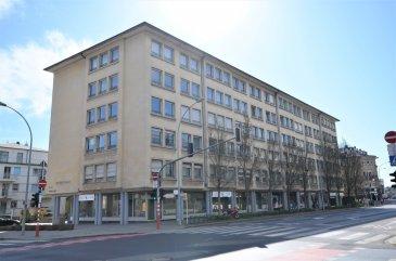 Bel espace de bureaux d'une surface de ±146m² au 4ème étage d'une résidence avec ascenceur. Idéalement situé à l'angle du boulevard Joseph II et de l'avenue Monterey non loin du centre-ville, du glacis, des arrêts de tram et des station de bus.  Au 4ème étage, l'espace est divisé en 6 bureaux distincts (±32, 23, 20, 16, 11 et 9m²); une terrasse de ±9m² avec vue sur l'ambassade de France; un rangement de ±9m² et un wc indépendant de ±2m².  Au sous-sol, une place de parking et deux caves sont inclus dans le prix de la location.  Généralités:  - Ascenceur; - Double vitrage; - Parlophone; - Parc de Monterey à proximité; - Transports en communs à proximité;  - Loyer: 3750€; - Charges: ±330€/mois; - Garantie locative: 3 mois; - Disponibilité immédiate;  - Agent responsable: Pierre-Yves Béchet; - Tél: +352 621 654 086; - Email: Pierre-Yves@vanmaurits.lu