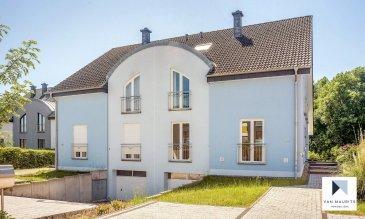Belle maison jumelée avec 3-4 chambres à coucher à Senningen Cette maison de ± 224 habitables, construite en 2005, se situe au calme dans le bour de Senningen (commune de Niederanven). Elle bénéficie d'une vue magnifique sur la vallée et les jardins du coin. La proximité de Luxembourg-ville et le Kirchberg ainsi que les infrastructures de la commune – école, crèche, commerces, restaurants, gare, accès autoroute, etc… sont des atouts importants.  Elle se compose comme suit :  Au rez-de-chaussée, d'une grande entrée, d'un bureau (ou chambre à coucher), d'un wc séparé, d'un séjour avec salle à manger avec accès sur la terrasse, orientation sud, d'une cuisine équipée et aménagée et un wc séparé.  Au 1er étage, le palier mène à 3 chambres, 1 salles de bain et une salle de douche.  Au sous-sol, un hall d'entrée mène à une chaufferie au gaz, de grandes espaces de rangements (atelier) pouvant en partie être transformés en salle de sport, une buanderie et une cave spacieuse, un grand garage pour 2 voitures côte à côte avec ouverture à télécommande.  Au grenier un hall mène à deux pieces aménagées très spacieuses.  Généralités :  Fenêtres double vitrage  Chauffage au gaz  Situation très calme  Exposition sud  Proximité de l'autoroute, de l'aéroport et de la ville, commerces et écoles  Loyé mensuel : 3.000€  Charges aux frais du locataire  Caution : 2 loyés mensuels