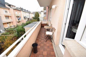 RE/MAX SELECT spécialiste de l'immobilier sur Howald, vous propose à la vente ce Bel Appartement, 3 ch., balcon, situé au 1er étage d'une petite copropriété, quartier résidentiel, situation calme avec jardin. Descriptif :  hall de 8m² Salon de 22.70m² SDB avec baignoire de 3.60m² WC séparé de 1.67m² 2 chambres de 13.50m² et 10.70m² avec armoires intégrées  3e chambre de 13.60m² Cuisine entièrement équipée et fermé de 10.32m² Balcon de 6.25m² Jardin d'env. 25m²  Actuellement loué à 1550€