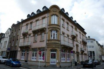 Bel appartement de 54m2 situé au 3ième étage d'une résidence situé au centre de Esch.  L'appartement dispose de:  Hall, living/salle à manger, 1 chambre à coucher, salle de bain + WC et cave.  La résidence dispose d'un ascenseur.