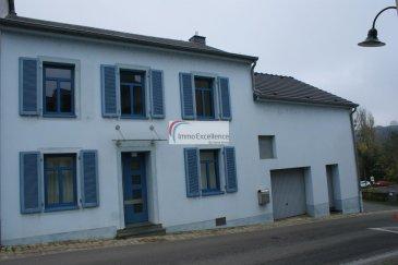 IMMO EXCELLENCE vous propose cette jolie maison bi-familiale d'une surface habitable d'environ 205 m2 ainsi que d'une surface utile de 317 m2.  La maison se compose comme suit : Au rez-de-chaussée vous trouvez : Un hall d'entrée ( 1.62 m2 ), une moderne cuisine équipée avec comptoir ( 11.82 m2 ), un living ( 9.43 m2 ), une salle-à-manger ( 8.69 m2 ), avec accès sur une terrasse ( 15.14 m2 ), un bureau ( 12.26 m2 ) avec accès sur la terrasse, un W.C. séparé ( 1.47 m2 ). Au 1er étage vous trouvez : Une salle-de-bains avec douche ( 10.07 m2 ), un bureau ( 7.98 m2 ), une chambre-à-coucher ( 15.04 m2 ), ainsi qu'une deuxième chambre-à-coucher ( 12.43 m2 ). Au 2ème étage vous trouvez une grande pièces comprenant plusieurs rangements intégrés ( 26.98 m2 ).   La maison est reliée à un un deuxième bâtiment, une annexe, ceci au niveau du 1er étage. La bâtiment annexé comprend au sous-sol : Un hall d'entrée ( 2.62 m2 ), un W.C. séparé ( 1.94 m2 ), une cuisine équipée ( 8.31 m2 ), un grand séjour ( 26.86 m2 ), avec accès sur la terrasse ainsi que le jardin. Au 1er étage de ce bâtiment annexé vous trouvez : Un hall avec armoire encastré ( 1.64 m2 ), une chambre-à-coucher ( 15.01 m2 ), une grande pièce ( 18.60 m2 ), ainsi qu'une salle-de-douche ( 4.76 m2 ).  Le bâtiment comprend également un garage ( 20.79 m2 ), une buanderie ( 8.48 m2 ), une chaufferie ( 24.76 m2 ), un rangement en-dessous de la toiture ( 37.44 m2 ), un jardin ( 80 m2 ), une spacieuse cave à vins voûtée ( 45 m2 ),  ainsi que 4 emplacements extérieurs pour voitures.  Il existe plusieurs parlophones aux étages.  Les deux bâtiments ont chacun leur porte d'entrée séparée. L'immeuble pourra seulement être occupé par une famille. La commune n'admet pas deux ménages différents à cette même adresse. Il existe aussi la possibilité d'occuper l'annexe en profession libérale.   Niederdonven est une section de la commune luxembourgeoise de Flaxweiler située dans le canton de Grevenmacher.   A proximité de toutes commodités (