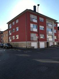 Appartement au premier étage d\'une petite résidence à proximité du centre d\'Ettelbruck dans une rue calme. L\'appartement se compose comme suit: un grand hall d\'entrée, un séjour, une cuisine spacieuse équipée avec accès sur un petit balcon, deux chambres à coucher dont une avec un grand placard et un lit escamotable et une salle de douche.  Au niveau rez-de-chaussée se situe une petite cave et au dernier étage se trouve un grenier La zone piétonne et un centre commercial se situe à 200m de la résidence.   Idéal pour une profession libéral, la résidence dispose d\'un ascenseur.  N\'hésitez pas de nous contacter au  au 661 701 070   L\'appartement est actuellement loué Ref agence : ICL 861512